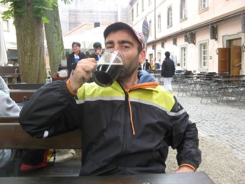 Probando la cerveza negra en el monasterio de Weltenburg