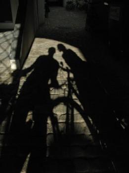Nuestras sombras en un rincón de la ciudad