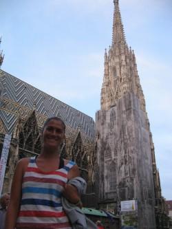 Mayte con la catedral de Viena al fondo