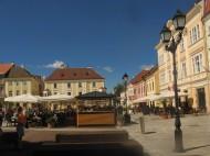 La plaza del Ayuntamiento de Gyor de día.