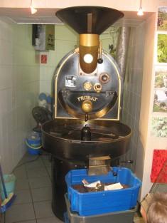 La tostadora de café de la pequeña cafetería.