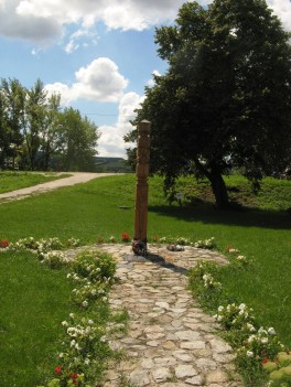 """Detrás de este """"monolito"""" de madera hay un pequeño cartel de wifi !al lado del rio¡"""
