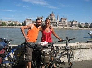 En Budapest, con el Danubio y el Parlamento.