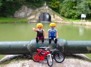 Al fondo, la cascada de entrada al tunel