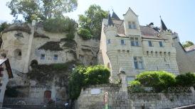 Pequeño castillo con parte construida en la roca