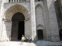 Mayte y las bicis en el pórtico de una iglesia de Blois