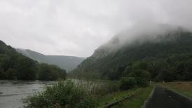 El cañón del Doubs con la niebla en las laderas