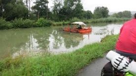 Barca de mantenimiento y limpieza del canal a la salida de L´Ille