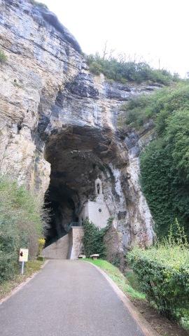 La cueva con un pequeño santuario
