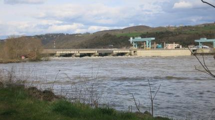 Presa en el río desaguando