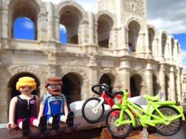 Con el anfiteatro romano de Arles al fondo