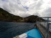 Acercándonos en barco a Vernazza