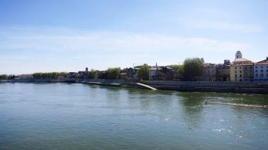 Vista de Arles con el Ródano en primer plano