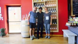 Con Alejandro, en su tienda de vinos