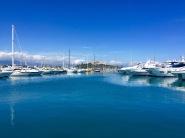 Yates y fortaleza en el puerto de Antibes