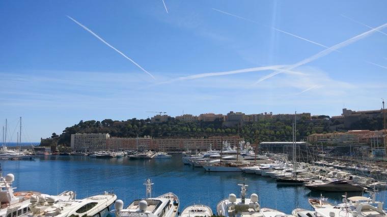 Vista de la parte antigua de Mónaco con el puerto en primer plano