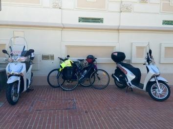 Nuestras bicis escoltadas por la policía de Mónaco