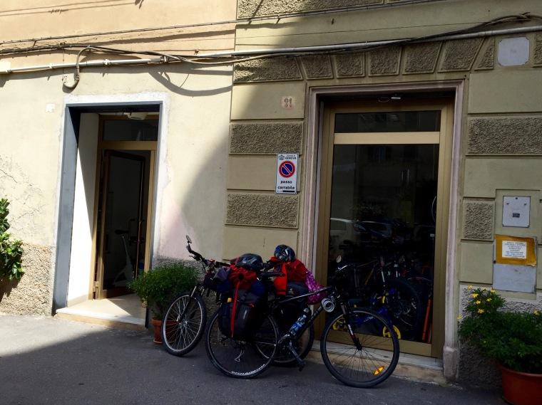 En la puerta del taller de bicis de Marco, en Génova (grazie Marco)