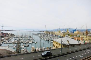 Vista del puerto de Génova en la salida hacia La Spezia