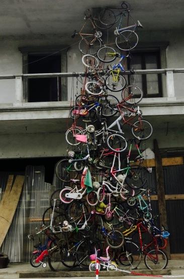 Curiosa escultura de bicis en el camino hacia La Specia