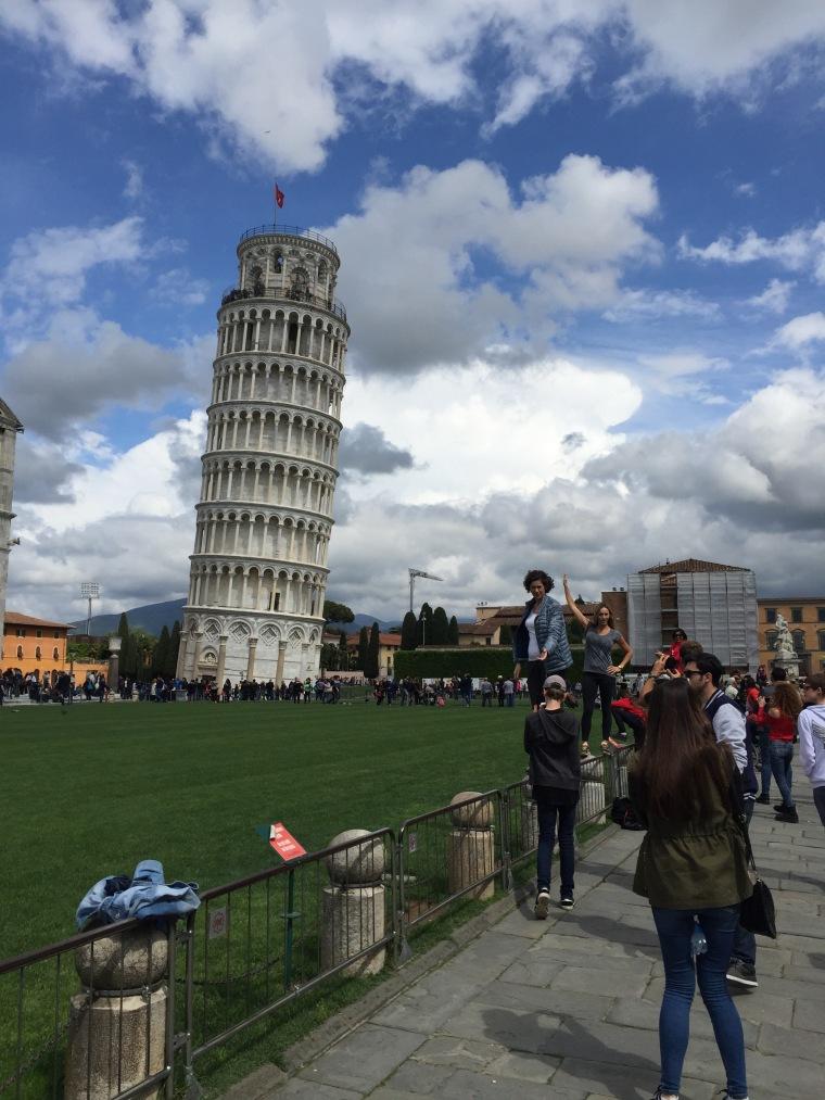 Gente haciendo la típica foto de la torre