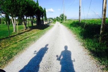 Dos sombras en el camino