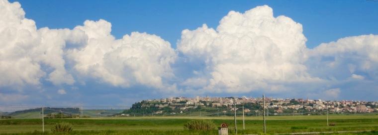 Tarquinia con fondo de nubes