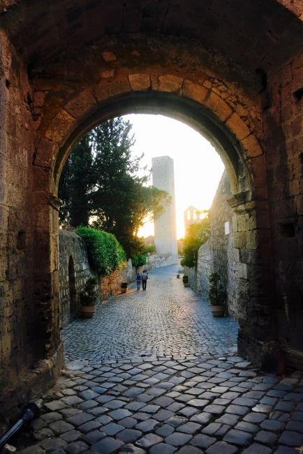 Arco con Santa maría in Castello al fondo