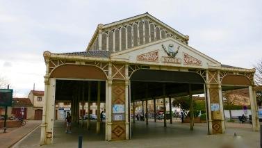 Terraza del bar y edificio del mercado en Grisolles