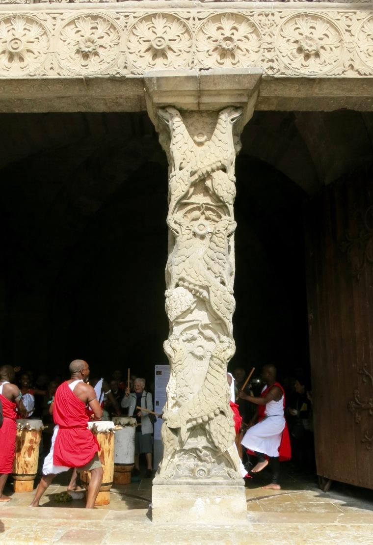 Grupo de danzas africanas en el pórtico de la Abadía
