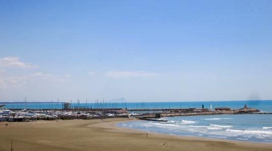 Playa de Nettuno con la figura del Monte Circeo al fondo