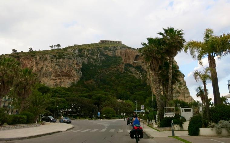 Pasando junto a los restos del templo de Júpiter Anxur