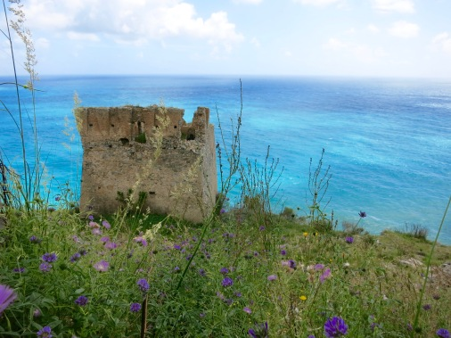 Restos de una de las muchas torres de vigilancia en la costa