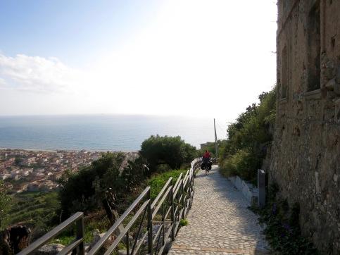 Bajando las empinadas laderas de Nicotera