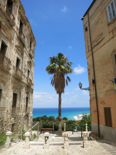 El mar entre palacios de Tropea