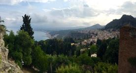 Pueblo de Taormina con el Etna tapado por las nubes