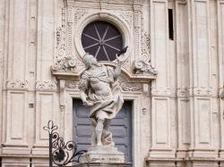 Escultura del pórtico de San Sebastiano en Acireale