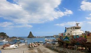 Puerto de Aci Trezza con las islas de los Cíclopes