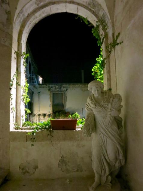 Detalle nocturno de Palacio en Ortigia