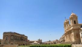 Vista de Noto con el Ayto. y el Duomo