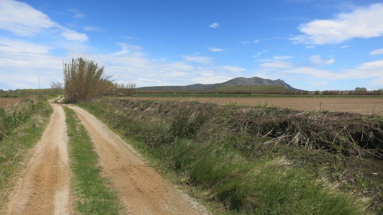 Camino de L´Escala con el Montgrí al fondo