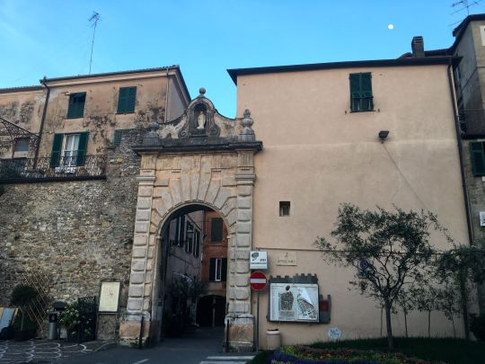 Una de las entradas a la parte antigua de Albenga