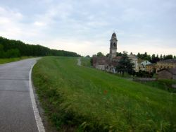 El carril bici pasando junto a Borgofranco Sul Po