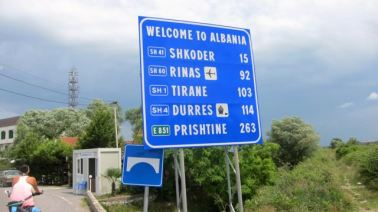 Entrada en Albania